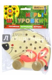 Ежик на колесиках (Ш-060)Шнуровки из дерева<br>Деревянная игрушка со шнуровкой на колесиках. <br>Развивает мелкую моторику, пространственное мышление, помогает освоить навыки шнуровки.<br>Комплектность: ёжик из дерева, шнурок с фиксатором, иголка из дерева.<br>Материал: окрашенное дерево.<br>Производитель: Россия.<br>