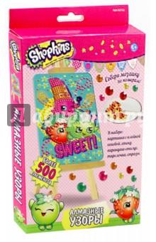 Shopkins. Мозаика Алмазные узоры (02752)Аппликации<br>Алмазные узоры  Shopkins - это увлекательное творчество для девочек. Создавать блестящую алмазную картинку очень просто. Помогает изучить цвета и цифры, развивает мелкую моторику и воображение.<br>В наборе: картинка с клейкой основой, стенд, карандаш-стилус, тарелочка, стразы.<br>Более 500 элементов.<br>Упаковка: картонная коробка.<br>Для детей от 6 лет.<br>Сделано в Китае.<br>