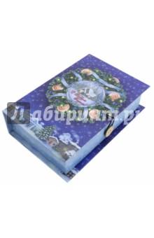 Коробка подарочная Новогодний венок (75044)Другое<br>Коробка подарочная.  <br>Материал: мелованного, ламинированного, негофрированного картона плотностью 1100 г/м2, <br>Полноцветный декоративный рисунок на внутренней и наружной части<br>Размер 18 х 12 х 5 см.<br>Сделано в Китае.<br>