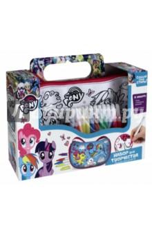Сумка-мини для раскрашивания Крылатые пони (02692)Роспись по ткани<br>Сумка для раскрашивания с изображением героев мультика My Little Pony. Изготовлен из шелковистой ткани, на которую нанесен контурный рисунок для раскрашивания. С помощью специальных несмываемых маркеров для ткани ребенок может создать собственный дизайн. <br>В наборе: сумка с контурным рисунком, водостойкие маркеры (12 цветов).<br>Материал: полиэстер, полимерные материалы.<br>Для детей старше 3-х лет. <br>Не рекомендуется детям до 3-х лет. Содержит мелкие детали.<br>Сделано в России.<br>