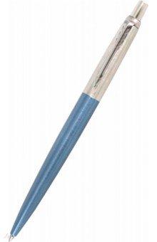 Ручка гелевая синяя Jotter Core K65 Waterloo Blue (2020650)Ручки гелевые автоматические синие<br>Стержень: чернила синего цвета (Blue)<br>Толщина пишущего узла: средний (M)<br>Корпус: нержавеющая сталь<br>Механизм: кнопочный, нажимного действия<br>Система заправки: стандартный стержень Parker для шариковых ручек<br>Отделка: нержавеющая сталь, многослойное покрытие особо прочным лаком голубого цвета, отдельные элементы дизайна - зеркальный хром<br>Цвет: Waterloo Blue CT (лаковый голубой и нержавеющая сталь/хром)<br>Особенности:<br>улучшенная модель культовой шариковой ручки Parker Jotter<br>высоконадежный кнопочный механизм выдвижения стержня<br>используется стандартный гелевый стержень Parker для шариковых ручек 1950344; 1950345 и 1950346<br>возможно использовать стандартные стержни Parker для шариковых ручек 1950367; 1950368; 1950369; 1950370 и 1950371<br>возможно использовать стандартные стержни для шариковых ручек Aurora, Visconti, Graf von Faber-Castell и др. совместимые с форматом G2<br>