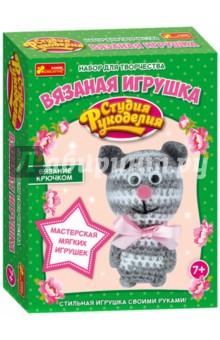 Вязаная игрушка. Котик (13185012Р)Шитье, вязание<br>С помощью этого замечательного набора ты можешь связать очаровательного котика, которого обязательно полюбишь. Он несомненно станет твоим другом, с которым можно поделиться самыми сокровенными секретиками. В наборе есть все для создания милой вязаной игрушки. Осталось добавить немного фантазии, трудолюбия - и очаровательная игрушка! Вязание крючком - очень интересное и полезное занятие, которое развивает внимание, мышление, моторику, усидчивость, умение работать по инструкции и, конечно, подарит тебе много положительных эмоций.<br>Размер: 10х6см.<br>В комплекте:<br>- заготовки из фетра;<br>- бусины;<br>- ленты;<br>- нитки;<br>- иголка;<br>- схема-подсказка;<br>- подробная инструкция.<br>Возраст: 7+.<br>Страна-производитель: Украина.<br>