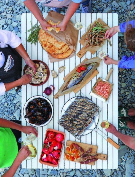 Иллюстрация 1 из 18 для FOODбол. Традиции, рецепты, стритфуд. Кулинарное путешествие по 11 футбольным столицам России | Лабиринт - книги. Источник: Лабиринт