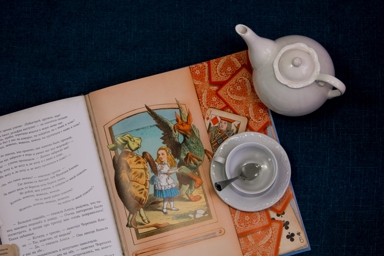 Иллюстрация 1 из 188 для Приключения Алисы в Стране Чудес - Льюис Кэрролл | Лабиринт - книги. Источник: Лабиринт